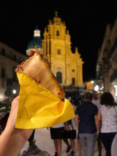 https://www.ragusanews.com//immagini_articoli/03-09-2018/elegante-street-food-ibla-piaciuto-molto-500.jpg