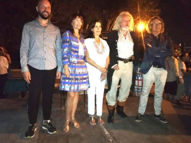https://www.ragusanews.com//immagini_articoli/03-09-2019/1567527402-archeologia-a-naxos-premio-a-luigi-nifosi-segno-di-sebastiano-tusa-1-500.jpg