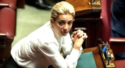 https://www.ragusanews.com//immagini_articoli/03-09-2020/berlusconi-positiva-anche-la-fidanzata-marta-fascina-240.jpg