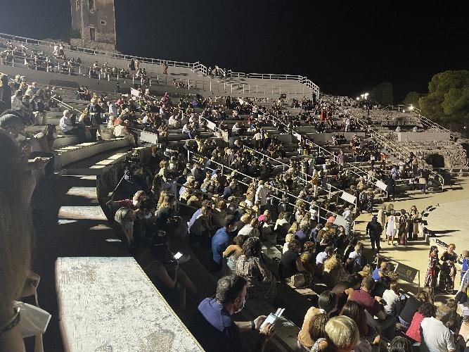 https://www.ragusanews.com//immagini_articoli/03-09-2021/1630669751-teatro-greco-aldo-cazzullo-battiato-e-dalla-i-dante-del-nostro-tempo-1-500.jpg