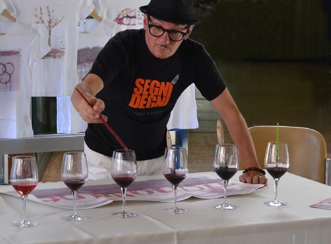 http://www.ragusanews.com//immagini_articoli/03-10-2015/a-modica-si-dipingono-i-quadri-col-vino-500.jpg