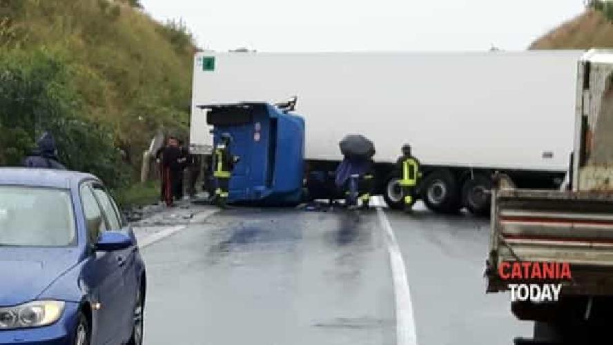 https://www.ragusanews.com//immagini_articoli/03-10-2017/camion-ribalta-pressi-svincolo-vizzini-ferito-500.jpg