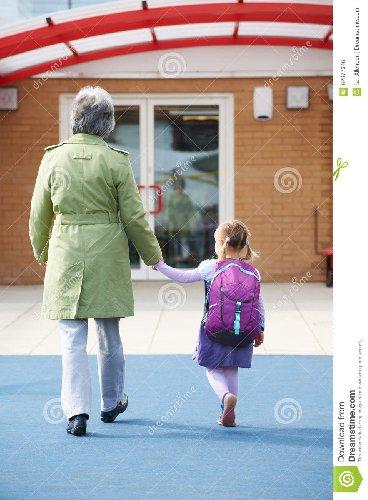 https://www.ragusanews.com//immagini_articoli/03-10-2018/nonno-distratto-scuola-prende-nipotina-sbagliata-500.jpg