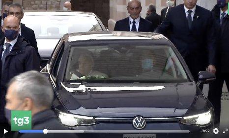 https://www.ragusanews.com//immagini_articoli/03-10-2020/papa-francesco-ad-assisi-su-una-golf-l-auto-media-dell-uomo-medio-280.jpg
