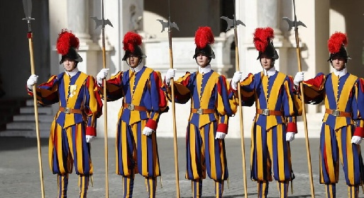 https://www.ragusanews.com//immagini_articoli/03-10-2021/no-vax-in-vaticano-allontanate-tre-guardie-svizzere-280.jpg