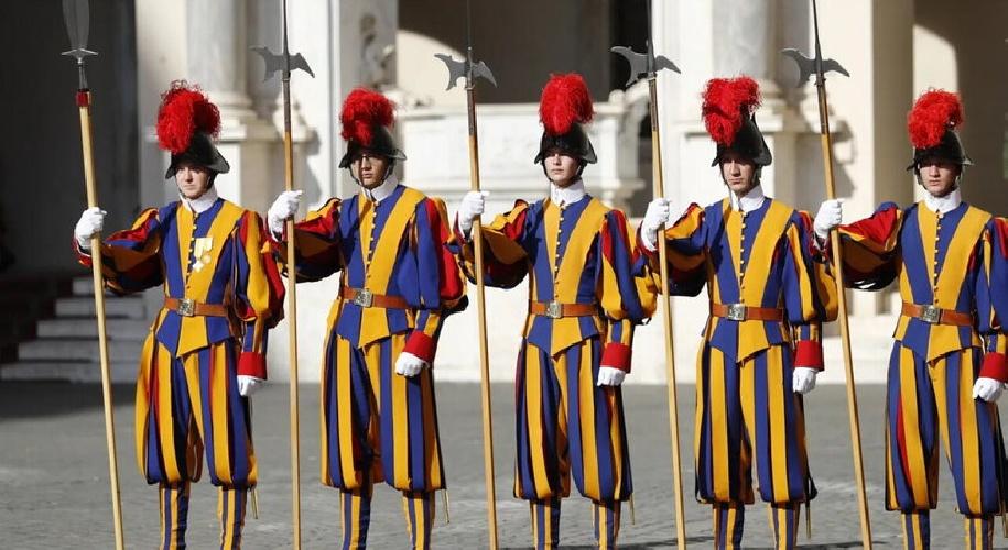 https://www.ragusanews.com//immagini_articoli/03-10-2021/no-vax-in-vaticano-allontanate-tre-guardie-svizzere-500.jpg
