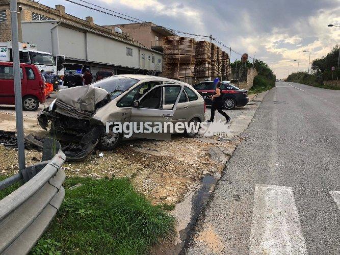 https://www.ragusanews.com//immagini_articoli/03-11-2018/citroen-muro-feriti-bruca-500.jpg