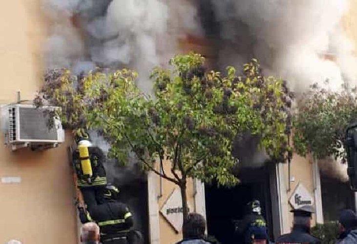 https://www.ragusanews.com//immagini_articoli/03-11-2019/7-ragazze-incendiano-finestra-gioielleria-proprietaria-pubblico-video-500.jpg