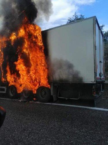 https://www.ragusanews.com//immagini_articoli/03-11-2019/tir-in-fiamme-caos-autostrada-catania-messina-500.jpg