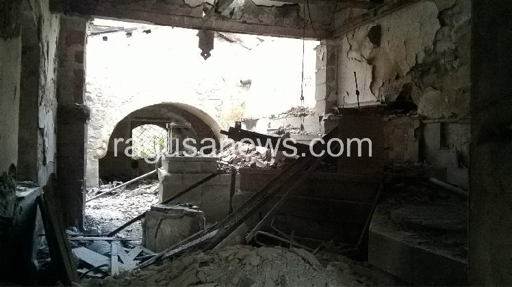 http://www.ragusanews.com//immagini_articoli/03-12-2016/il-mulino-soprano-di-chiaramonte-distrutto-da-un-incendio-420.jpg