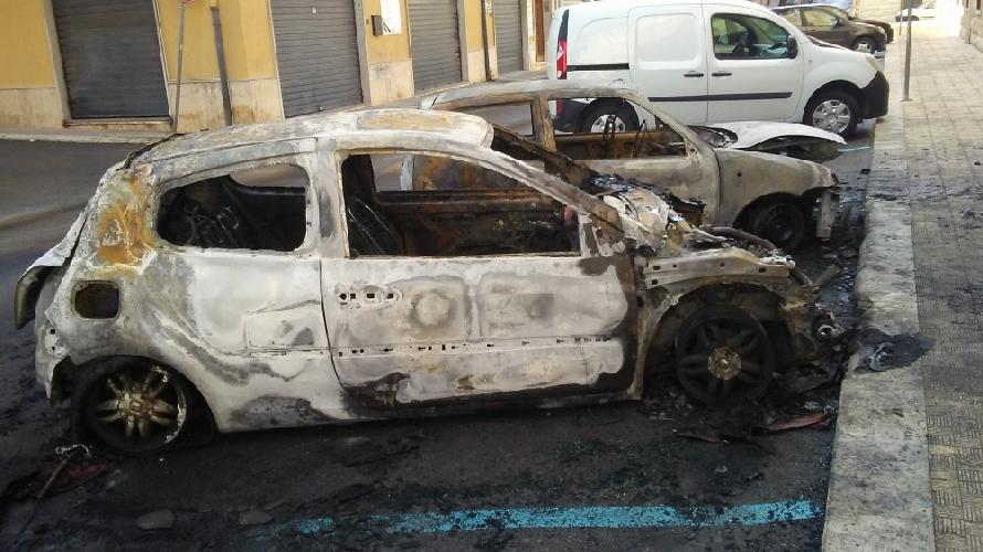 https://www.ragusanews.com//immagini_articoli/03-12-2017/auto-fiamme-vittoria-comiso-incendiata-auto-vicesindaco-500.jpg
