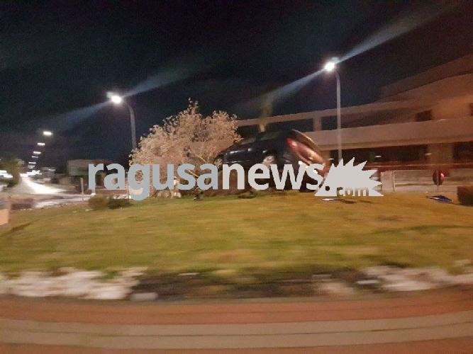 https://www.ragusanews.com//immagini_articoli/03-12-2017/opel-corsa-invade-rotatoria-viale-americhe-ragusa-500.jpg