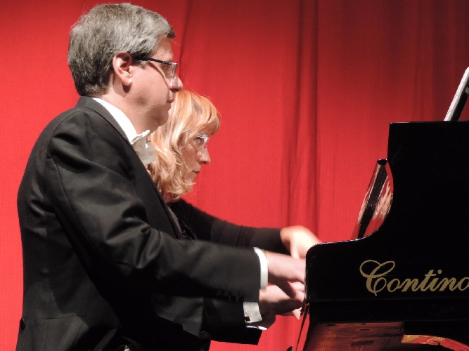 http://www.ragusanews.com//immagini_articoli/03-12-2017/ragusa-piace-concerto-elvira-foti-roberto-metro-500.jpg