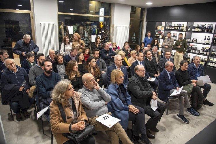 https://www.ragusanews.com//immagini_articoli/03-12-2019/1575391877-i-formaggi-dipinti-da-una-artista-sciclitana-ad-alba-2-500.jpg