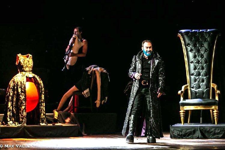 https://www.ragusanews.com//immagini_articoli/03-12-2019/barbablu-di-costanza-diquattro-con-mario-incudine-regia-moni-ovadia-500.jpg