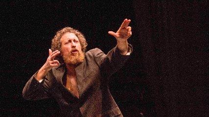 https://www.ragusanews.com//immagini_articoli/03-12-2019/le-vastasate-con-salvo-piparo-in-teatro-a-comiso-240.jpg
