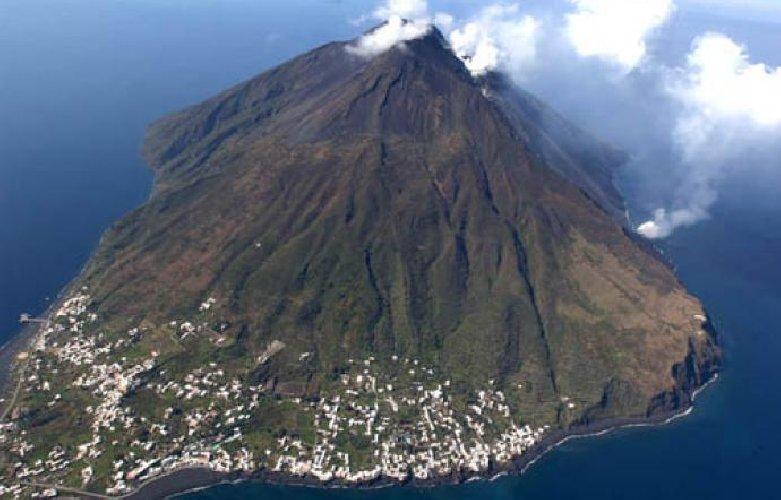 https://www.ragusanews.com//immagini_articoli/04-01-2019/eruzione-stromboli-dichiarato-preallarme-500.jpg