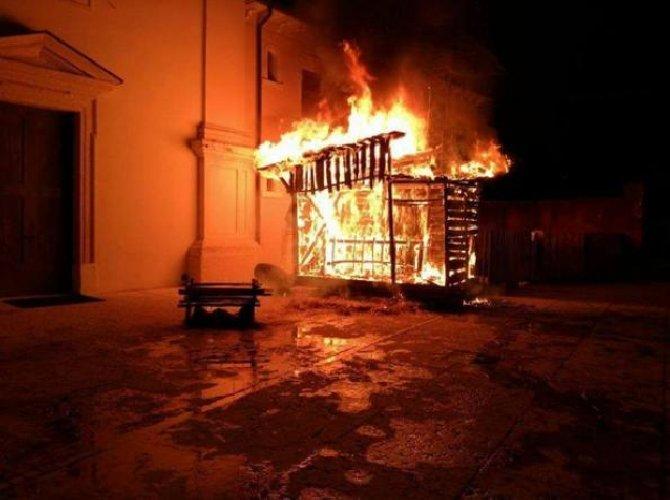 https://www.ragusanews.com//immagini_articoli/04-01-2019/parroco-posto-foto-facebook-hanno-incendiato-presepe-500.jpg