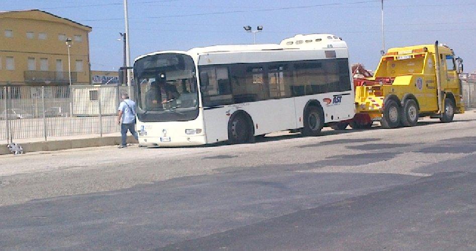 https://www.ragusanews.com//immagini_articoli/04-01-2020/bus-da-modica-si-guasta-a-500-metri-dallaeroporto-di-atania-500.jpg