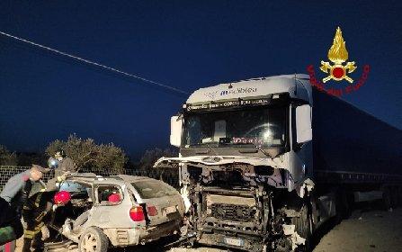 https://www.ragusanews.com//immagini_articoli/04-01-2021/auto-contro-camion-sulla-pachino-rosolini-tre-morti-280.jpg