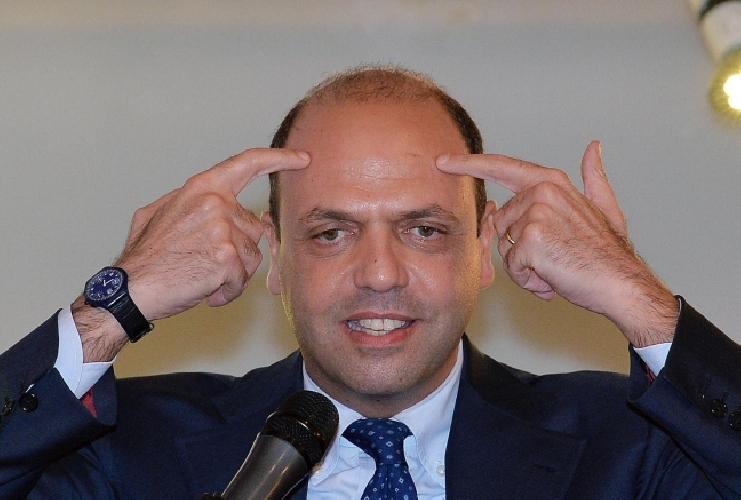 http://www.ragusanews.com//immagini_articoli/04-02-2015/la-lettera-a-leontini-che-imbarazza-il-ministro-alfano-video-500.jpg