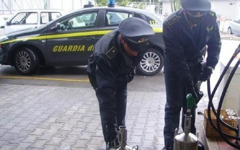 https://www.ragusanews.com//immagini_articoli/04-03-2017/contrabbando-gasolio-sequestrati-beni-ragusano-500.jpg
