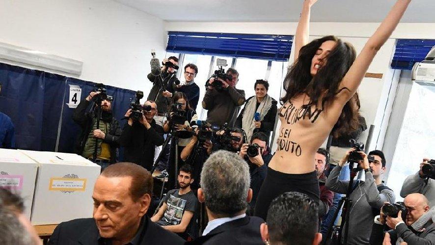 https://www.ragusanews.com//immagini_articoli/04-03-2018/ragazza-sispoglia-seggio-berlusconi-500.jpg