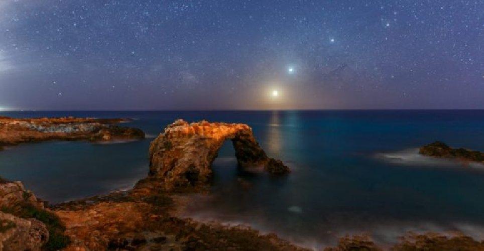 https://www.ragusanews.com//immagini_articoli/04-03-2019/nasa-lallineamento-luna-venere-giove-visto-siracusa-500.jpg
