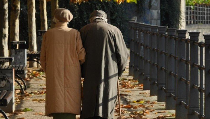 https://www.ragusanews.com//immagini_articoli/04-03-2021/arezzo-a-93-anni-molla-la-moglie-voglio-rifarmi-una-vita-500.jpg