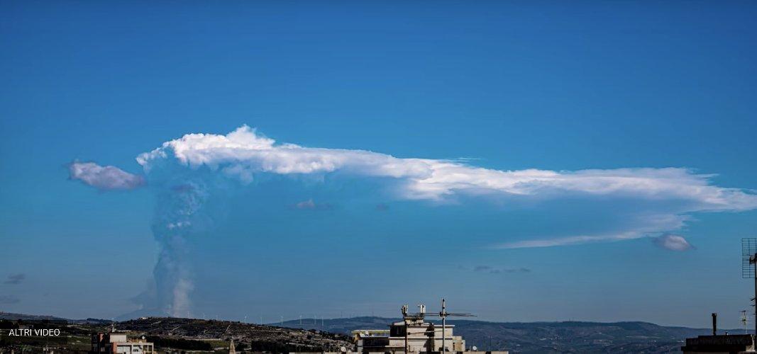 https://www.ragusanews.com//immagini_articoli/04-03-2021/etna-la-nube-di-fumo-ripresa-da-ragusa-in-timelapse-video-500.jpg