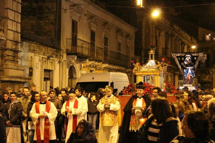 http://www.ragusanews.com//immagini_articoli/04-04-2015/il-venerdi-santo-a-modica-500.jpg