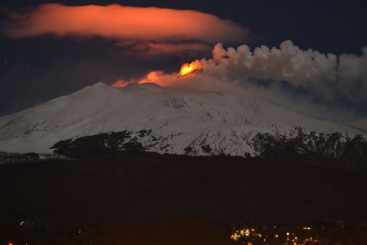 https://www.ragusanews.com//immagini_articoli/04-04-2017/fuoco-neve-spettacolo-etna-500.jpg