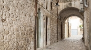 http://www.ragusanews.com//immagini_articoli/04-04-2017/palazzetto-arco-castro-ospitalita-centro-storico-scicli-video-100.jpg