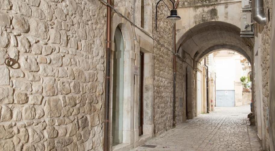 https://www.ragusanews.com//immagini_articoli/04-04-2017/palazzetto-arco-castro-ospitalita-centro-storico-scicli-video-500.jpg