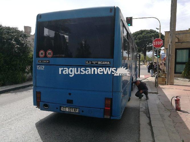 https://www.ragusanews.com//immagini_articoli/04-04-2018/principio-incendio-autobus-ragazzi-rimasti-piedi-roccazzo-500.jpg