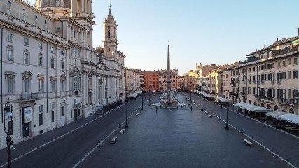 https://www.ragusanews.com//immagini_articoli/04-04-2020/1586002711-quanto-sei-bella-roma-quando-sei-deserta-1-240.jpg