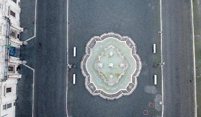 https://www.ragusanews.com//immagini_articoli/04-04-2020/1586002802-quanto-sei-bella-roma-quando-sei-deserta-1-240.jpg