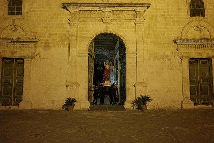 https://www.ragusanews.com//immagini_articoli/04-04-2021/1617532262-madonna-vasa-vasa-segreta-performance-notturna-dell-artista-adrian-paci-2-280.jpg