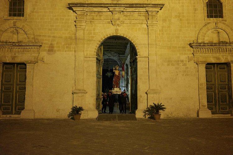 https://www.ragusanews.com//immagini_articoli/04-04-2021/1617532262-madonna-vasa-vasa-segreta-performance-notturna-dell-artista-adrian-paci-2-500.jpg