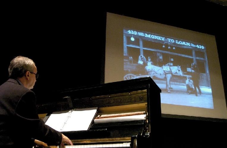 http://www.ragusanews.com//immagini_articoli/04-05-2016/il-cinema-muto-viene-musicato-dal-vivo-a-vittoria-500.jpg