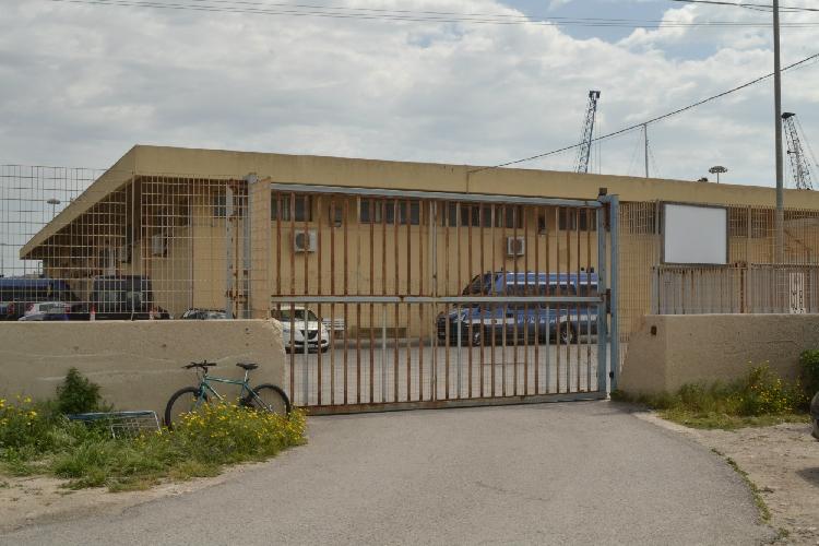 http://www.ragusanews.com//immagini_articoli/04-05-2017/presidente-consiglio-regionale-lombardia-visita-hotspot-pozzallo-500.jpg