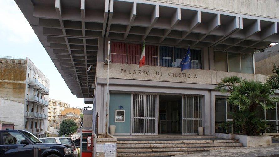 https://www.ragusanews.com//immagini_articoli/04-05-2018/ragusa-preoccupata-ritrasferimento-modica-pezzo-tribunale-500.jpg