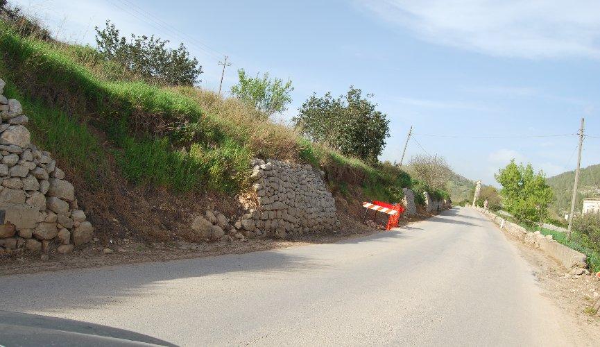 https://www.ragusanews.com//immagini_articoli/04-05-2018/strada-giarratana-procede-messa-sicurezza-500.jpg