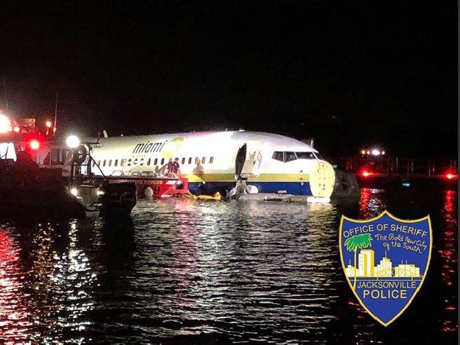 Boeing 737 va fuori pista e finisce in un fiume, 21 feriti