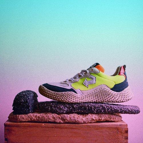https://www.ragusanews.com//immagini_articoli/04-05-2021/1620154327-le-scarpe-da-ginnastica-fatte-con-gli-scarti-della-frutta-4-500.jpg