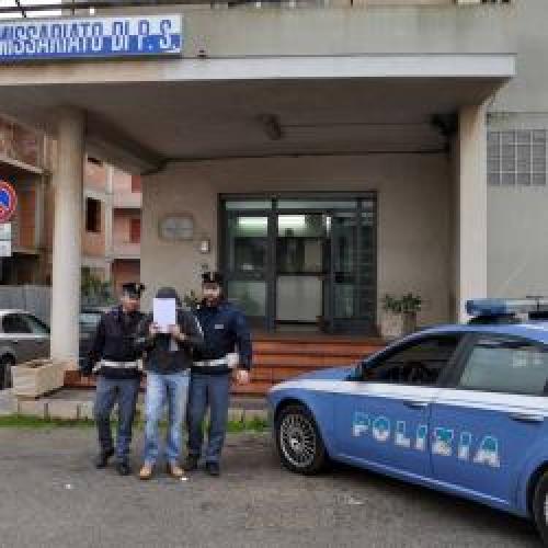 http://www.ragusanews.com//immagini_articoli/04-06-2015/lancia-coltello-a-compagna-davanti-alle-bimbe-arrestato-500.jpg