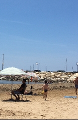 http://www.ragusanews.com//immagini_articoli/04-06-2017/povera-spiaggia-sporca-240.jpg