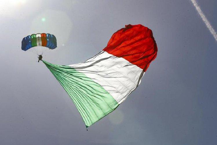 https://www.ragusanews.com//immagini_articoli/04-06-2018/paracadutista-giugno-video-500.jpg