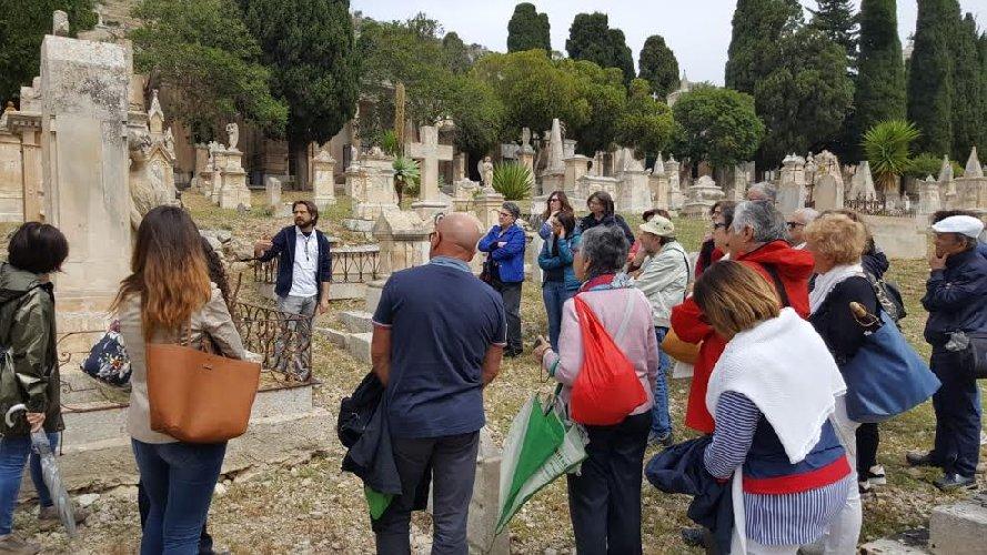 https://www.ragusanews.com//immagini_articoli/04-06-2019/la-passeggiata-al-cimitero-di-scicli-500.jpg