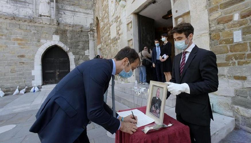 https://www.ragusanews.com//immagini_articoli/04-06-2020/non-c-e-piu-il-limite-di-15-persone-ai-funerali-500.jpg